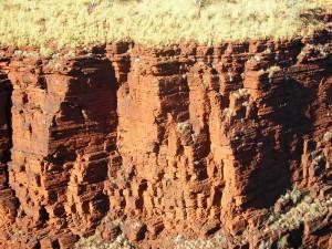 ハマーズレー山地の縞状鉄鉱層の崖