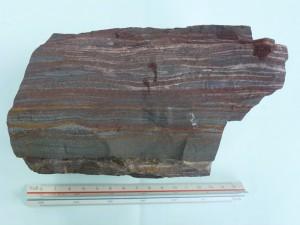 縞状鉄鉱(25億年前,西オーストラリア・ハマーズレー地域)